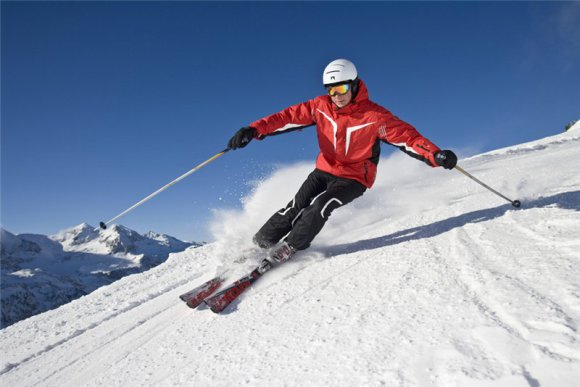 горнолыжный костюм и лыжи