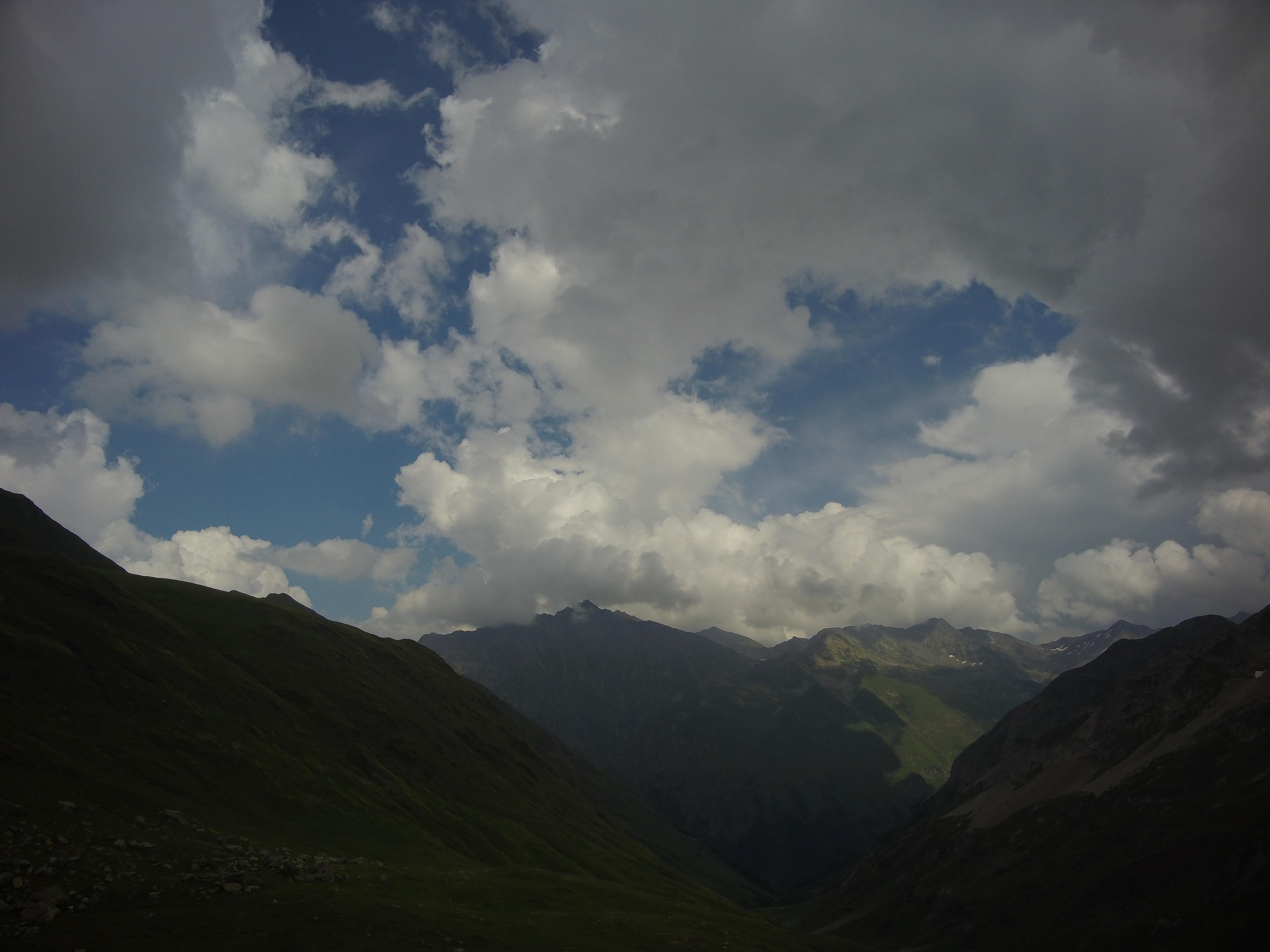 Вид на гору Цахвоа с озера Клумбочка