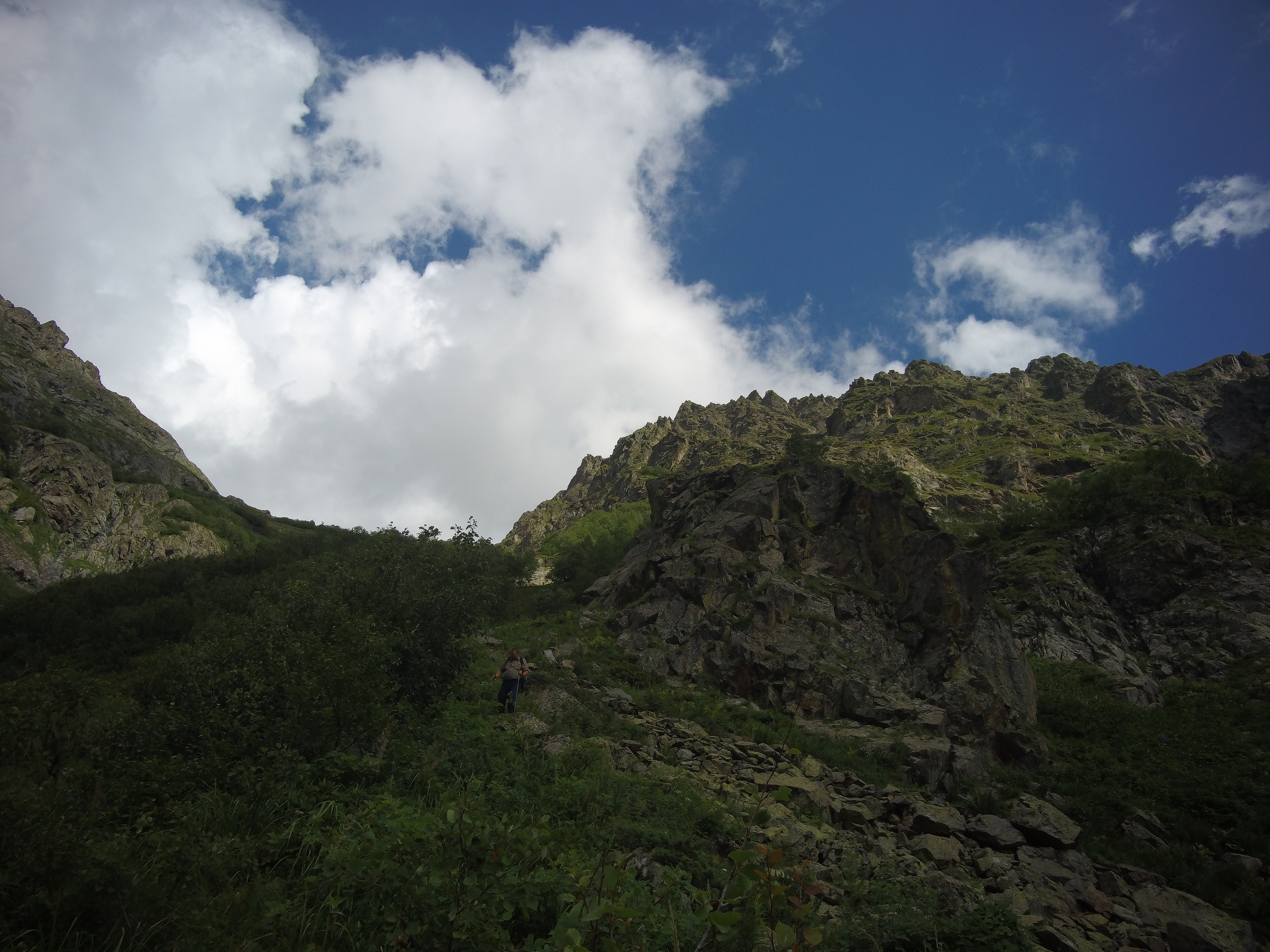 Спуск с Цахвоа через перелесок
